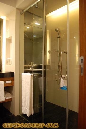 shower room with glass doors